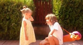 Frate și soră zâmbindu-și