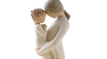 Statuetă din lemn reprezentând o mamă ținând  un copil in brațe