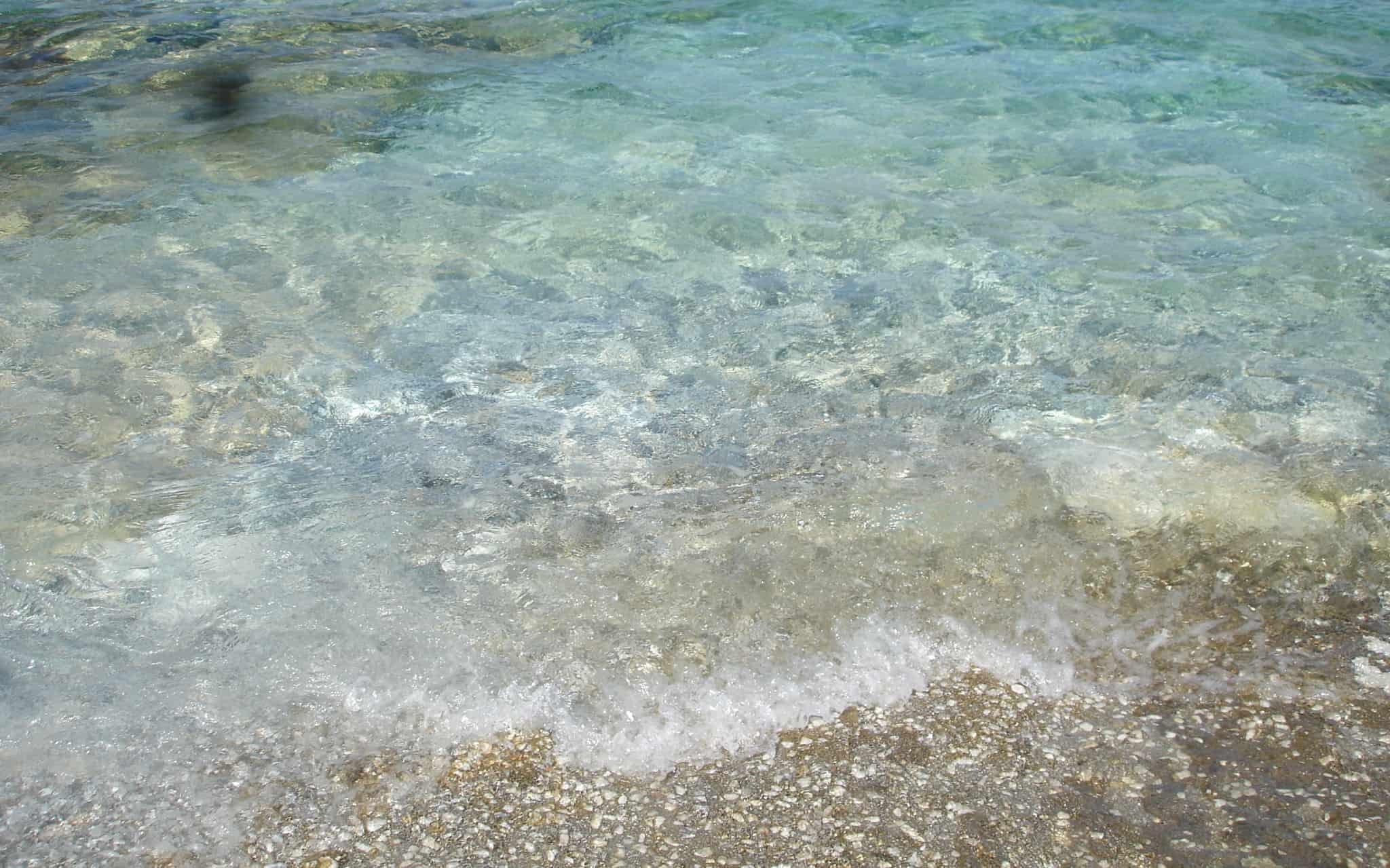 Valurile mării spărgându-se la mal