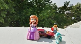 Jucării reprezentând o prințesă, un omuleț lego, o mașinuță, un ponei