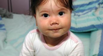 Fetiță privind înspre camera foto