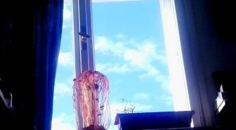 fereastră cu cer senin