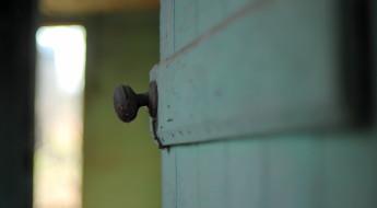 ușă întredeschisă