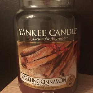 lumânare parfumată cu aromă de scorțișoară
