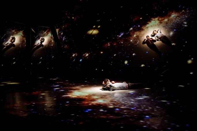 scenă din cadrul spectacolului O întâmplare ciudată cu un câine la miezul nopții