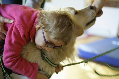 fetiță și câine de terapie