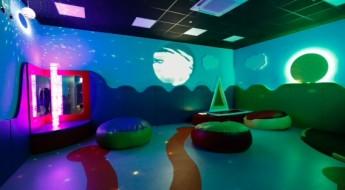 cameră cu lumini colorate și jucării având multiple texturi