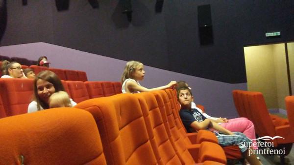 copii în sala de cinema