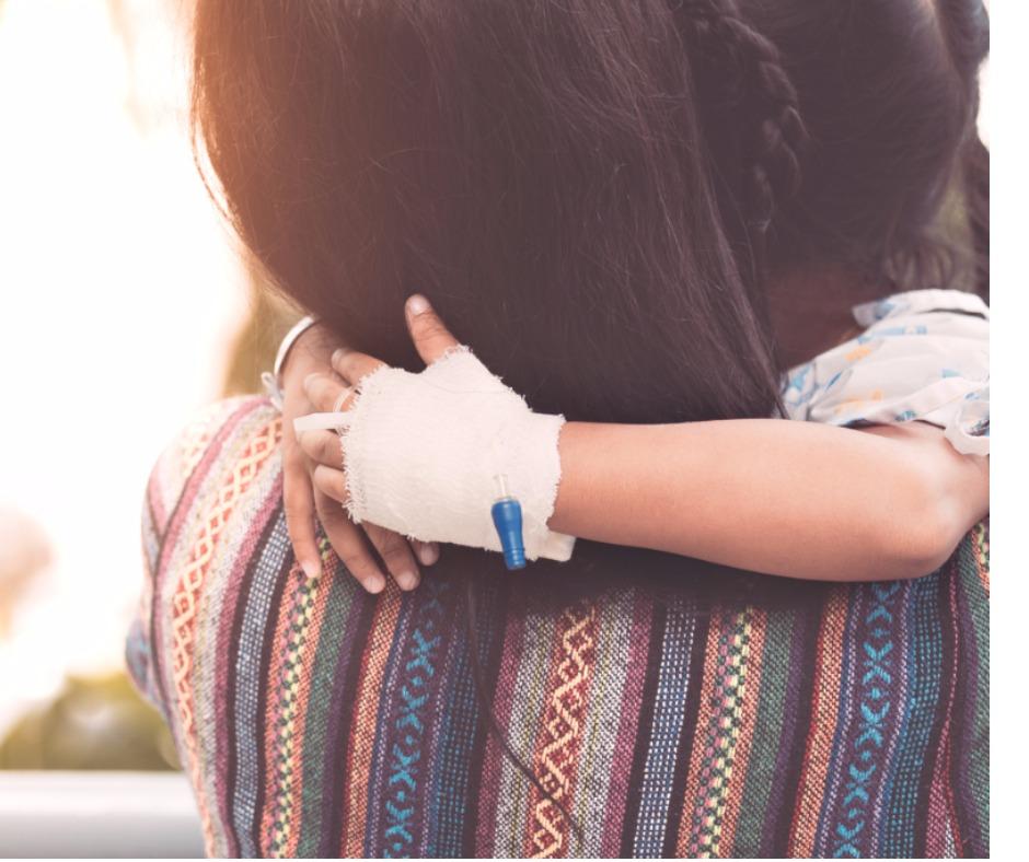 copil bolnav fetiță cu branulă pentru perfuzie montată își ține mama de după gât