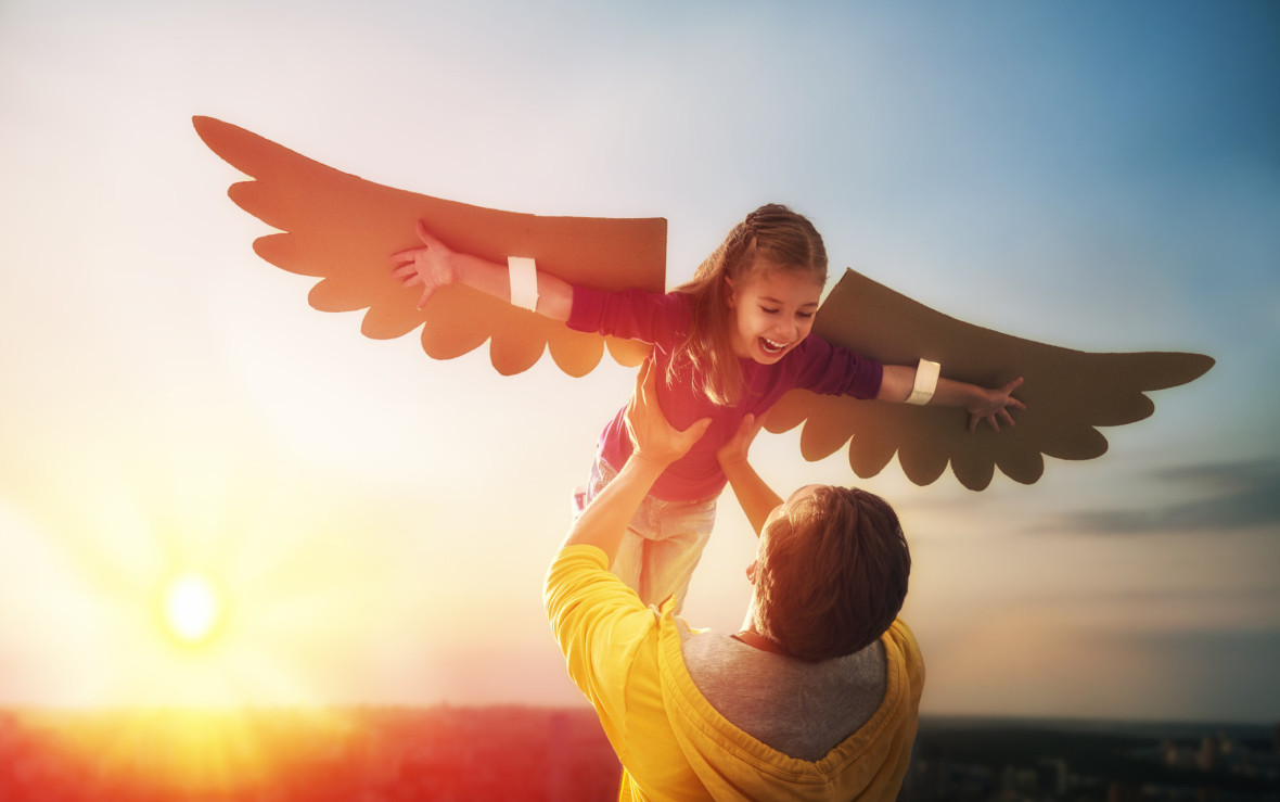 Tatăl și fiica se joacă împreună. Fetiță care se joacă de-a pasărea. Familie fericită se distrează.
