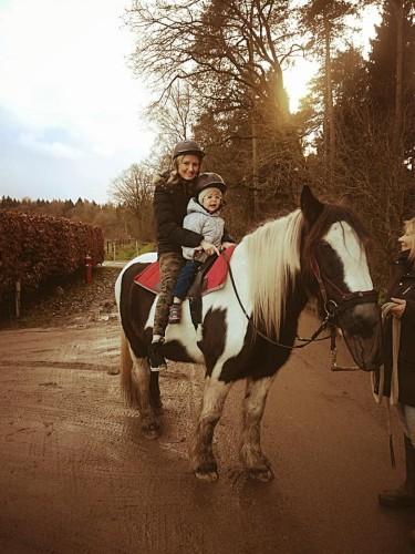 copil și părinte călare, în pădure