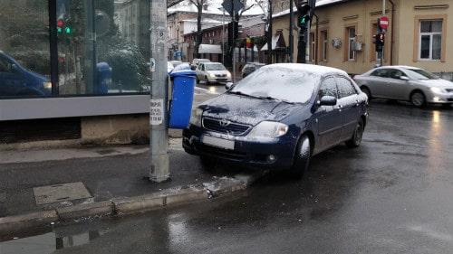 mașină parcată pe trotuar