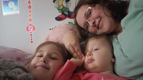 mama și două fiice, zămbin, petrec timp împreună