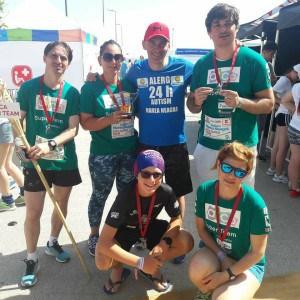 grup de maratoniști, cu medalii la gât