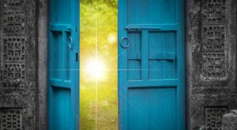 ușă albastră deschisă și lumina cerului