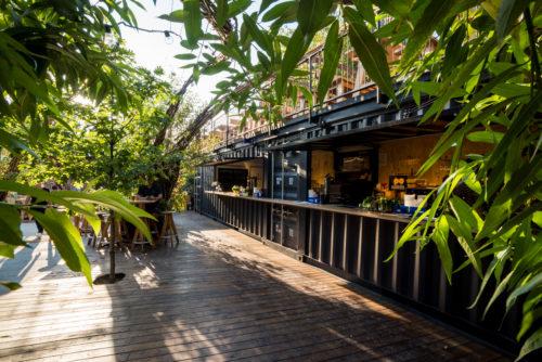 club expirat exteriorul, cu bar, mese și podele de lemn