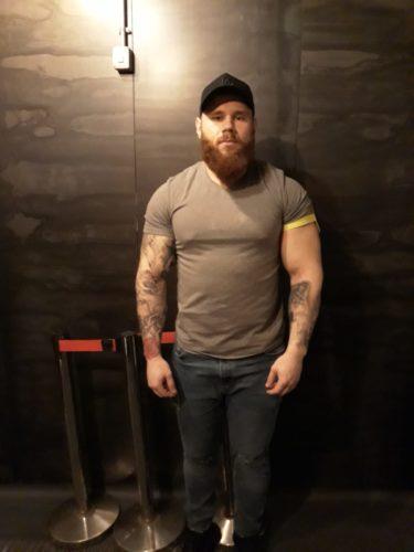 Daniel, bărbat, agent de pază, barbă mare, mușchi proeminenți