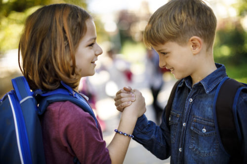 prieteni dând mâna, copii