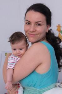 Mama și copil mic în brațe