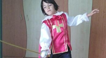 Băiat aproximativ zece ani îmbrăcat in muschetar