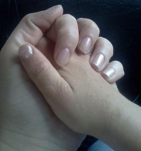 Mama și fiica ținându-se de mâna