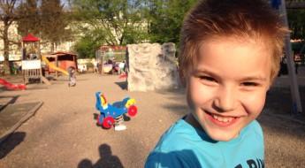 băiat vesel în parc