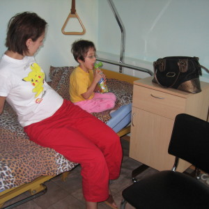 mama si fiica pe un pat de spital