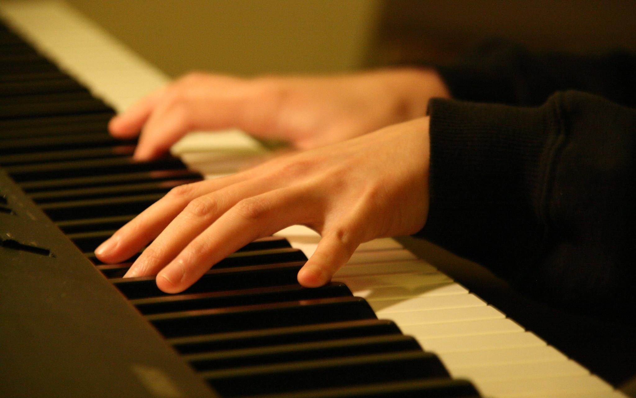 Mâini peste clapele pianului