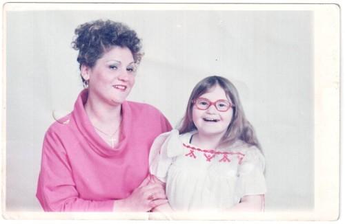 Mama împreuna cu fiica sa cu sindrom Prader Willi