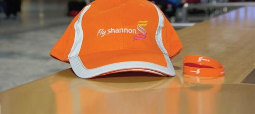 șapcă și brățară portocalie
