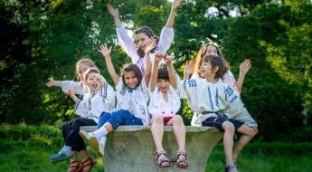 Copii cu mâinile ridicate , râzând