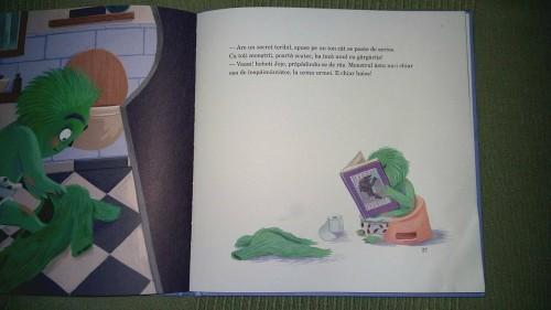 Pagină din carte de povești cu ilustrație înfățișând un monstru verde stând pe oliță