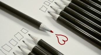 creioane aliniate, dintre care unul așezat invers. În dreptul lui, desenată o inimă