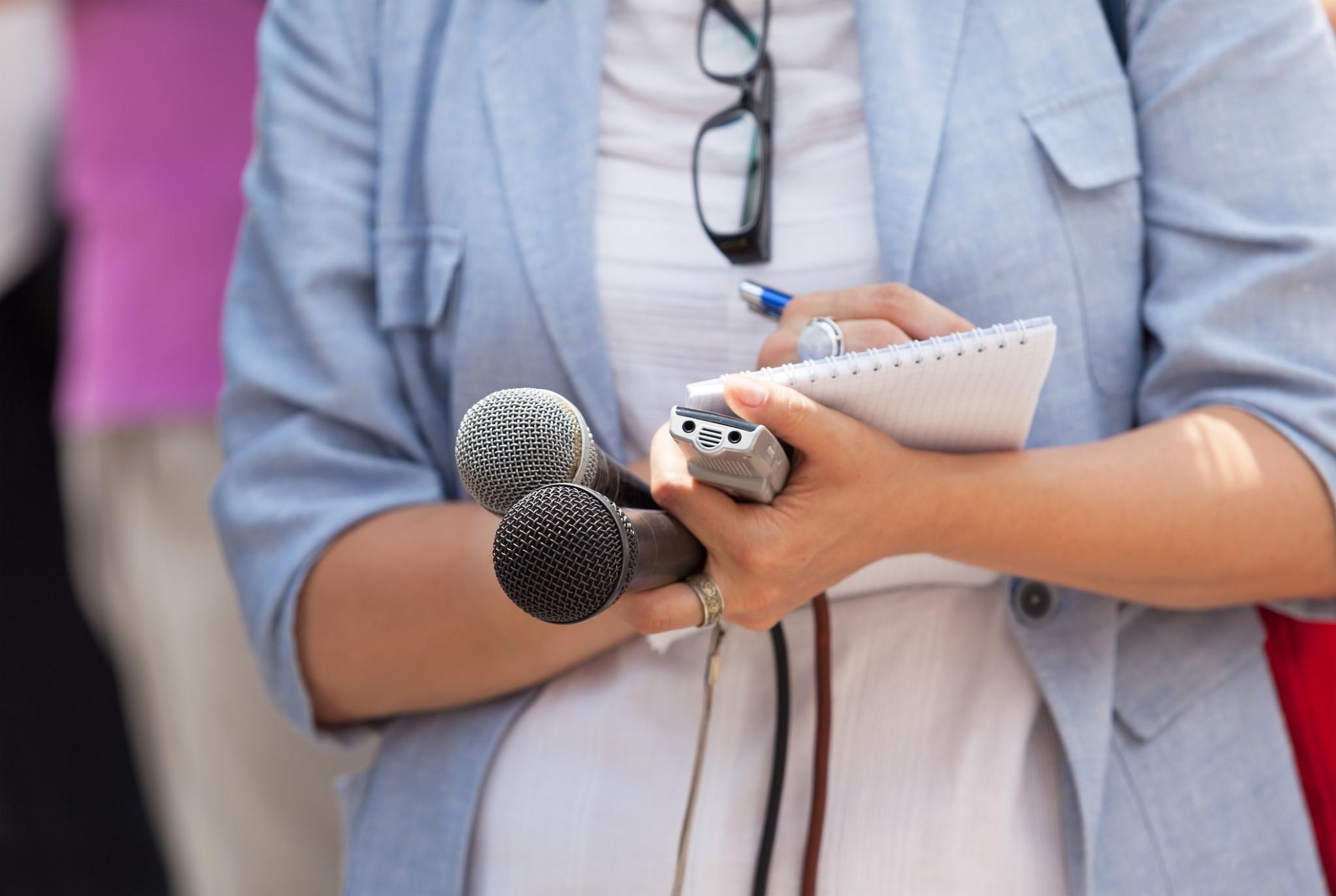 reporter luând notițe