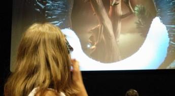 Copil privind ecranul cinematografului