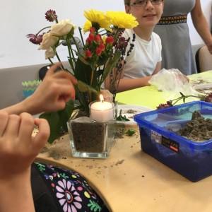 aranjament floral cu nisip și lumânare