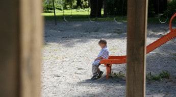 copil singur și trist în parc