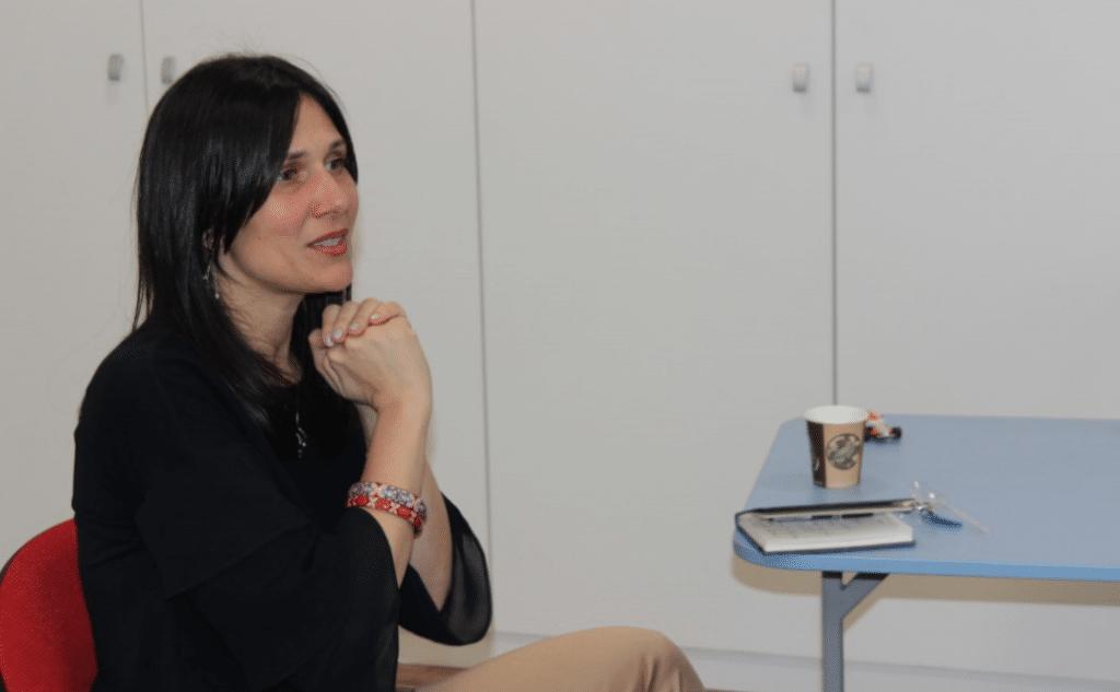 femeie zămbind empatic