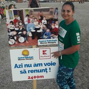 autoarea, la maratonul alerg pentru autism, pe plajă, desculță, zâmbește