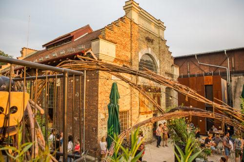 exterior clădire club expirat, fațadă fostă hală industrială din cărămidă veche