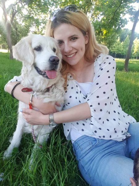 Câinele Summer și terapeutul Tania. Tania are părul mediu, zâmbește și îmbrățișează câinele. Câinele este de talie mare, blană cu păr lung și ondulat, urechi mari.