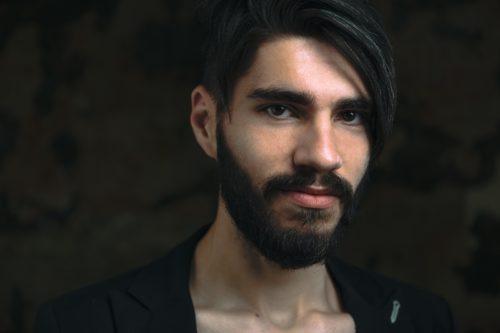 Cristian Chiru, bărbat, basist, barbă deasă, lungă, păr lungime medie, pieptănat pe o parte, într-o parte este tuns scurt, sprâncene foarte proeminente