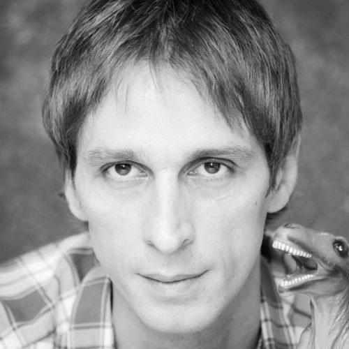 Mani Gutău, solist trupa Urma, păr scurt, drept, chip cu pomeți ascuțiti, nas acvilin