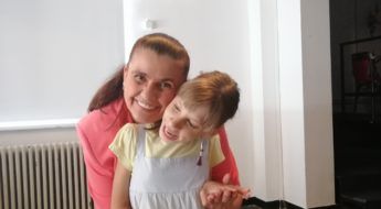 Soprana Felicia Filip, managerul Operei Comice pentru copii, împreună cu Olga, fetiță de 11 ani. Amândouă zâmbesc și se țin în brațe