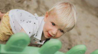 băiat mic, de aproximativ un an, în parc, la joacă