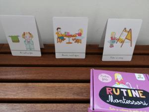 cartonașe pe care sunt ilustrații ce reprezintă diverse activități cotidiene: pieptănat, micul dejun, îmbrăcat, etc
