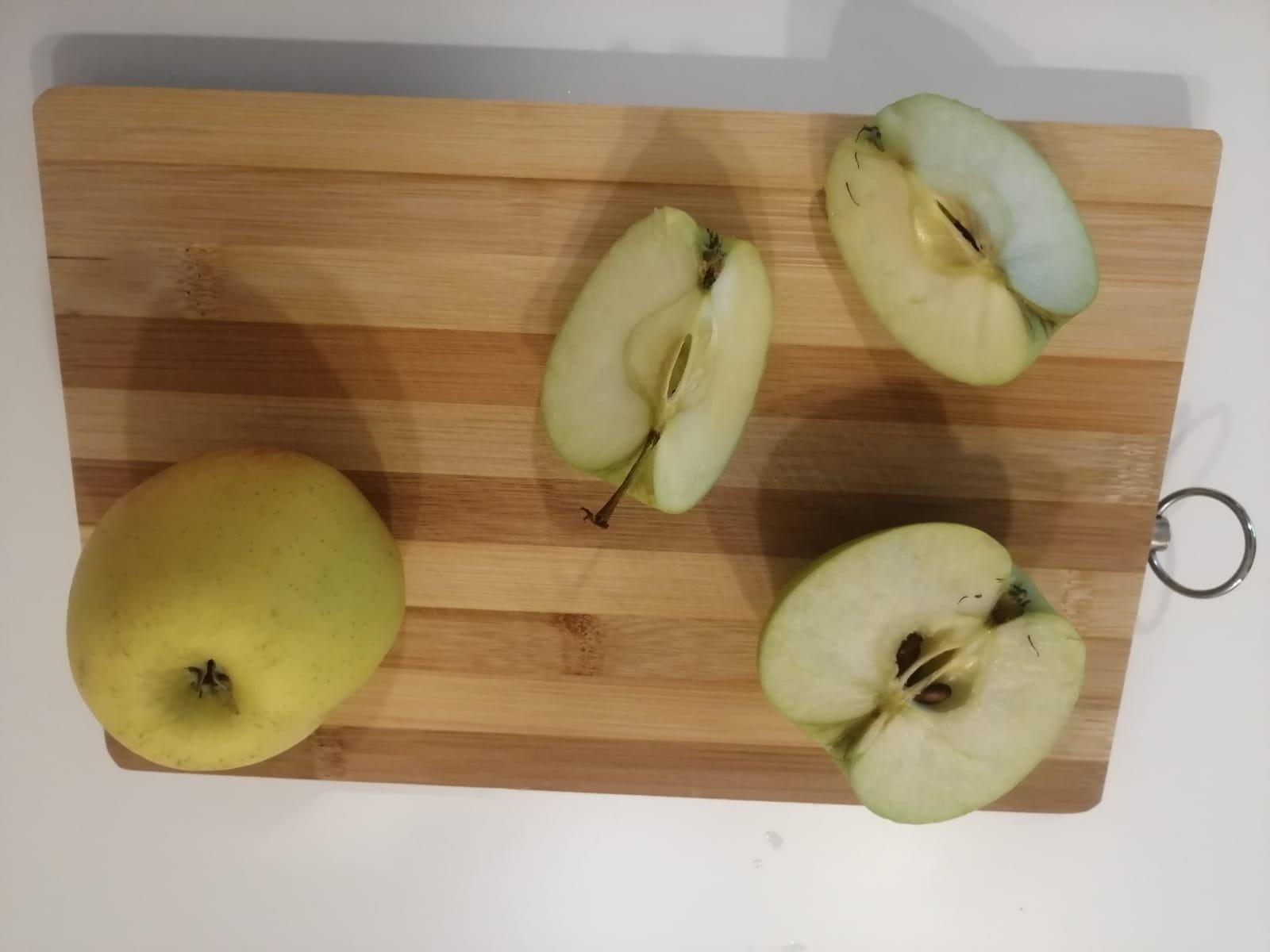 un măr tăiat în jumătate și sferturi